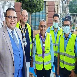 صور: شباب مصريين مسيحيين يشاركون بتأمين المصلين بمسجد عمر بن عبدالعزيز
