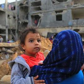 مأساة تحت الأنقاض جنوبي غزة.. 5 جثث و10 ناجين