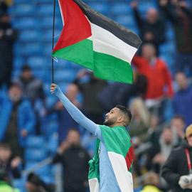 بعد التتويج بلقب الدوري الإنجليزي، رياض محرز يرفع علم الجزائر وفلسطين