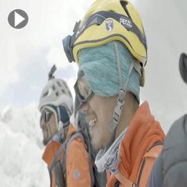 فيديو وصور مؤثرة: أوّل ضرير آسيوي يتسلّق جبل إيفرست ويقول: الاعاقة لا تمنع النجاح!