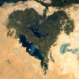 رائد فضاء فرنسي يُعايد والدته بصورة قلب مدهشة من الفيوم المصرية