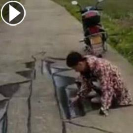 فيديو وصور: فنان صيني يبدع برسم لوحات وهمية ثلاثية الابعاد على الارض لشقوق وحفر تخدع المارة