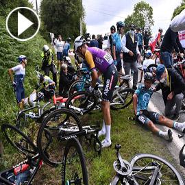 شاهد مشجعة تتسبب بأسوا كارثة رياضية.. دراجات تتشابك بأجساد اللاعبين