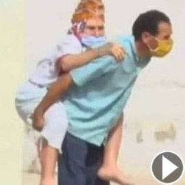 فيديو مؤثر: تونسي حمل والدته المريضة بالكورونا على ظهره للمستشفى