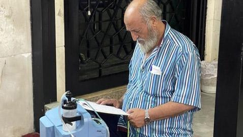 لبناني يلجأ إلى مسجد في بيروت لتشغيل آلة الأكسجين جراء انقطاع الكهرباء