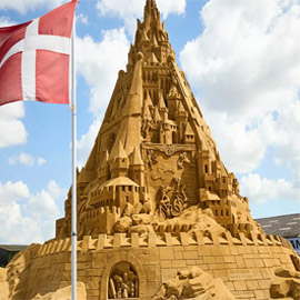 الدنمارك تدخل موسوعة غينيس بأطول قلعة رملية.. وقمتها تحمل المفاجأة