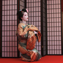 آخر فتيات الغيشا في طوكيو يتشبثن بمهنة آخذة في الاختفاء
