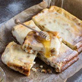 إليكم طريقة تحضير فطيرة الأجبان بالعسل الشهية والسهلة