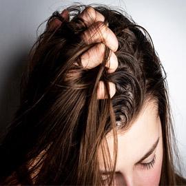 5 أخطاء وعادات مؤذية تجنّبوها في حالة الشعر الدهني..!