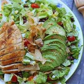 إليكم طريقة تحضير سلطة سنتافي الدجاج المكسيكية الصحية واللذيذة
