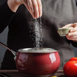 إليكم بدائل لذيذة وصحية تغنيكم عن استخدام الملح الضار في الطعام