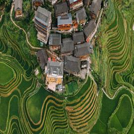 فرنسي يوثق الصين من فوق..بحيرة وردية وحقول أرز أشبه بمتاهة