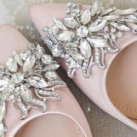 الحُلي تزين الأحذية النسائية.. إطلالة متألقة