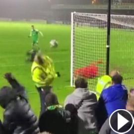لاعب إنجليزي يهدر ركلة جزاء بطريقة غريبة.. سدد الكرة برأس رجل الأمن!