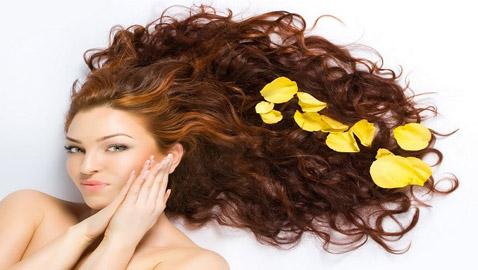 إليكم 4 خلطات أقنعة منزلية تعتني بأنواع الشعر المختلفة هذا الربيع