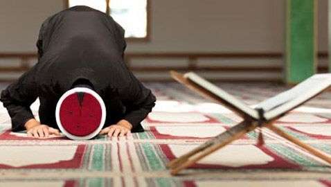 """"""" ادعي عليه من قلبك """" .. سيدة تطالب إمام مسجد بالدعاء على زوجها في صلاة التراويح"""