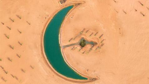 مصور يوثق جمال بحيرة على شكل هلال في دبي بعد أن عثر عليها صدفة