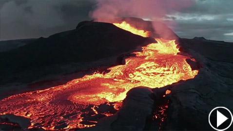 فيديو يخطف الأنفاس للقطات تظهر نهر من النار والحمم في آيسلندا