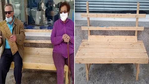 مسن يصنع لزوجته المريضة كرسيا ويضعه بالطريق الذي تمر منه! صور