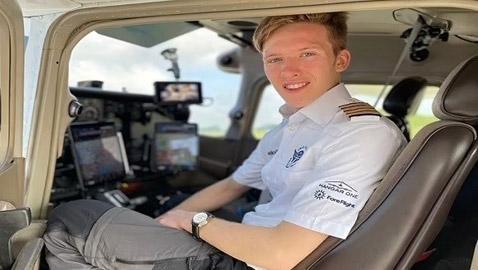 أصغر طيار يسافر حول العالم بمفرده خلال 6 أسابيع