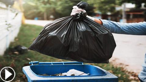 حيلة بسيطة تخلصكم من تجمع الذباب والحشرات على سلة القمامة (فيديو)