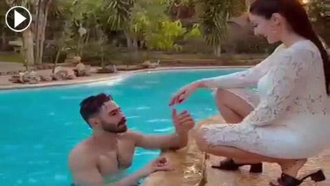 فيديو: الراقصة صافيناز تطلق زغرودة خطوبتها في حمام السباحة: العريس خرج من الماء والبسها الخاتم!