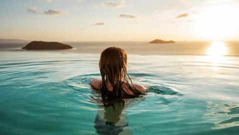 5 طرق لحماية شعرك من الأضرار البالغة التي يتسبب بها الكلور الموجود في أحواض السباحة