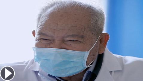 فيديو: إليكم قصة طبيب صيني يقضي 58 عاما في علاج المرضى