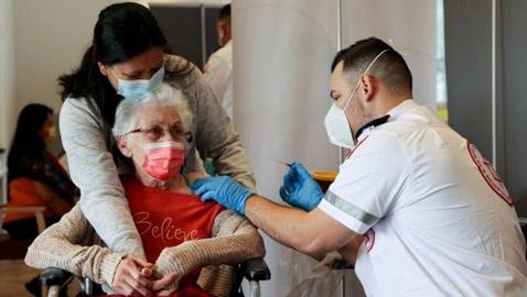 لماذا قررت إسرائيل منح جرعة ثالثة للأشخاص فوق سن الستين؟