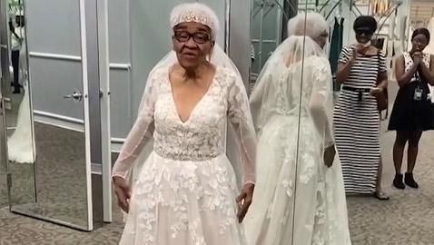 عجوز أمريكية سوداء ترتدي الفستان الأبيض في عمر الـ94.. مُنعت من دخول  ..