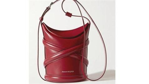 الحقيبة الدلو تتربع على عرش الموضة