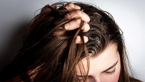 5 أخطاء وعادات مؤذية تجن بوها في حالة الشعر الدهني..!