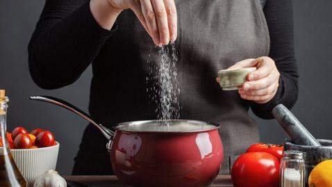 إليكم بدائل لذيذة وصحية تغنيكم عن استخدام الملح