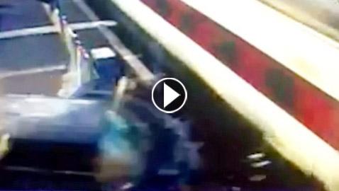 فيديو صادم: تصادم مروع بين سيارة رياضية وقطار.. والكحول السبب!