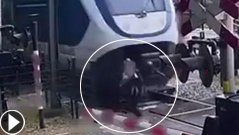 بالفيديو: 5 ثوان تنقذ حياة امرأة من قطار سريع بأعجوبة!