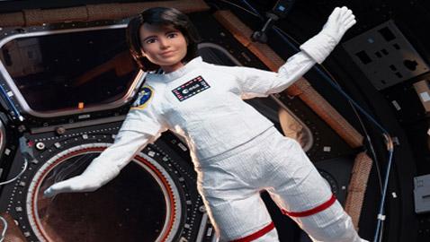 بالصور: الدمية باربي رائدة فضاء في رحلة جوية حيث تنعدم الجاذبية