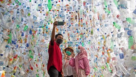متحف من النفايات البلاستيكية يسلط الضوء على أزمة المحيطات.. صور