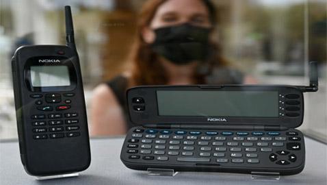 وزنه 400غ، وسعره 800 دولار.. تعرفوا إلى أول هاتف ذكي في العالم!