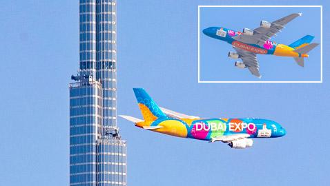 بالصور.. سماء دبي تتزين بطائرة