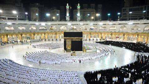 ول مرة منذ عام ونصف، المسلمون يصلون في الحرم المكي دون تباعد اجتماعي