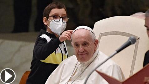 فيديو طريف.. فتى يقترب من البابا فرنسيس ويحاول أخذ قلنسوته