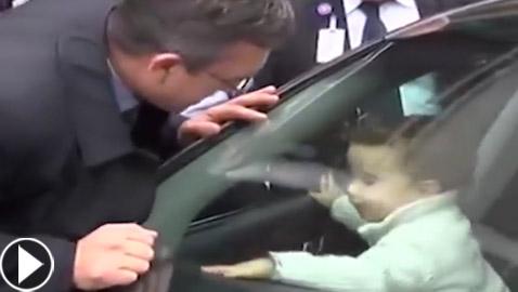 طفل يعلق داخل سيارة مقفولة.. وذكاؤه ينقذه! فيديو